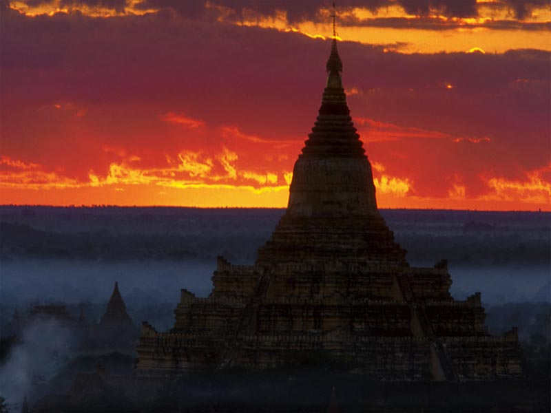 Sunrise at Dhammayangyi Temple wallpaper